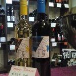Bij de Hongaarse wijnwinkel Tarjányi Balance € 5,95 stuk, per duo € 11,00